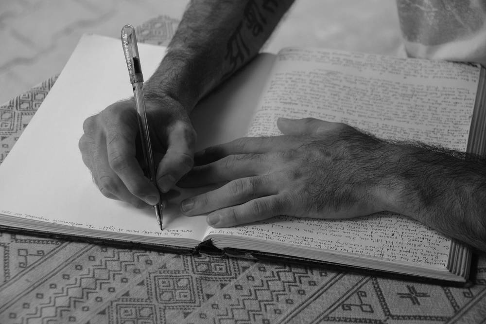 Mann der sein Glücksspiel Tagebuch schreibt
