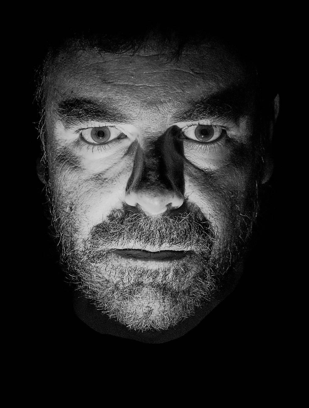 Starrblickendes Gesicht eines Mannes als Symbol Selbstmitleid Spielsucht Symptome