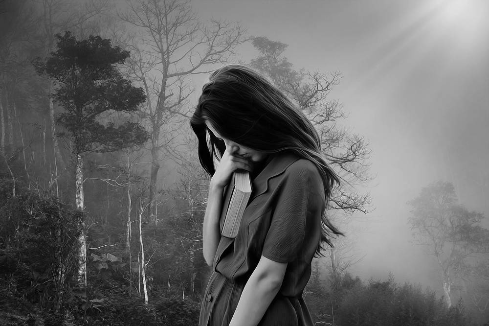 Traurige Frau, welche Spielsucht Einsamkeit und Liebesverlust gebracht hat