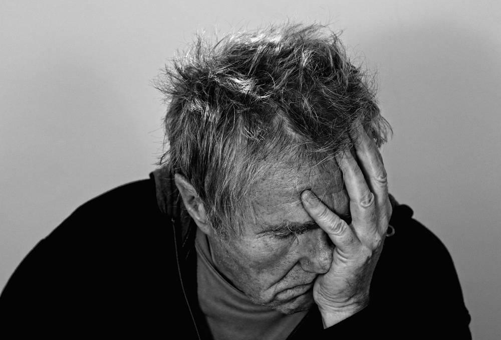 Symbolbild verzweifelter Mann beim Projekt Spielsucht bekämpfen
